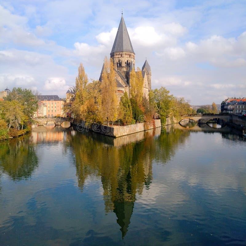 Ein ruhiger Tag mit Tempel Neuf, das über dem Wasser in Metz, Frankreich sich reflektiert stockfotos