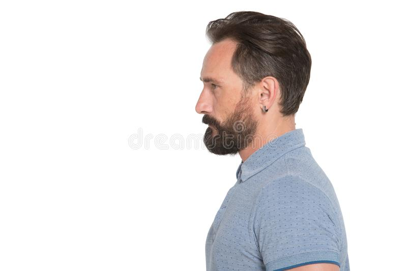 Ein ruhiges Profil des gutaussehenden Mannes mit Bart auf weißem Hintergrund Bärtiges Mannprofil der Nahaufnahme stockfotografie