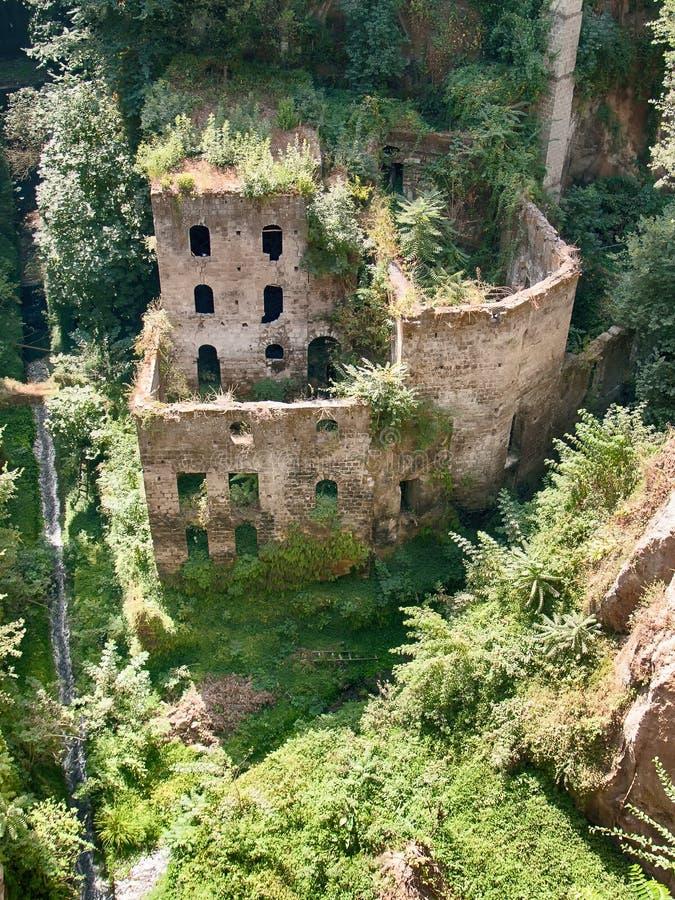 Ein ruiniertes Gebäude in Sorrent von oben stockbild