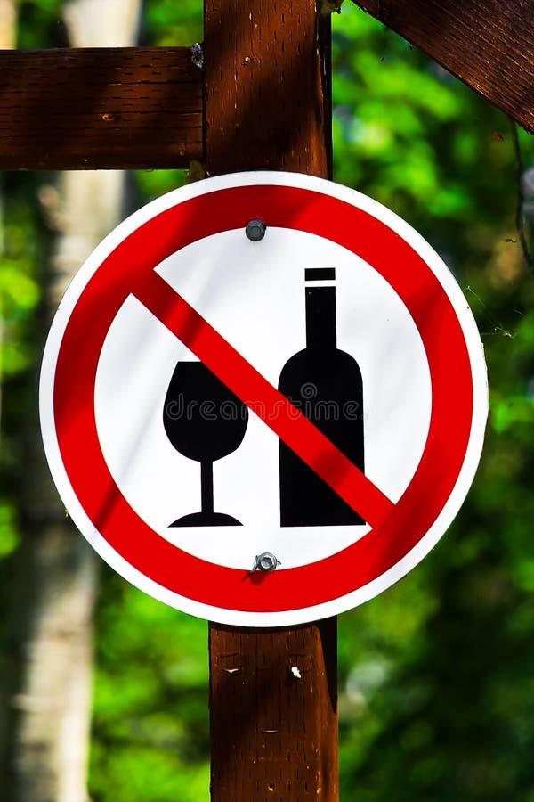 Ein Rundschreiben kein Alkoholzeichen auf einem Beitrag stockfotografie