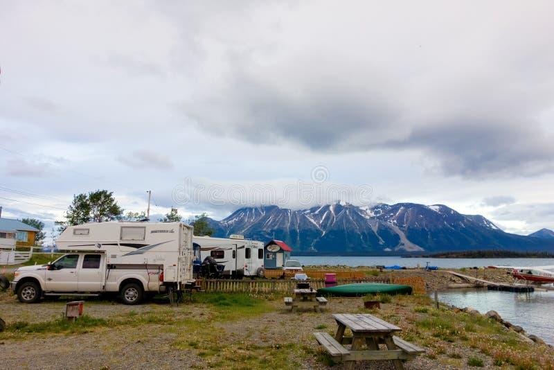 Ein rustikaler Lagerplatz in der Ufergegend der atlins lizenzfreies stockbild