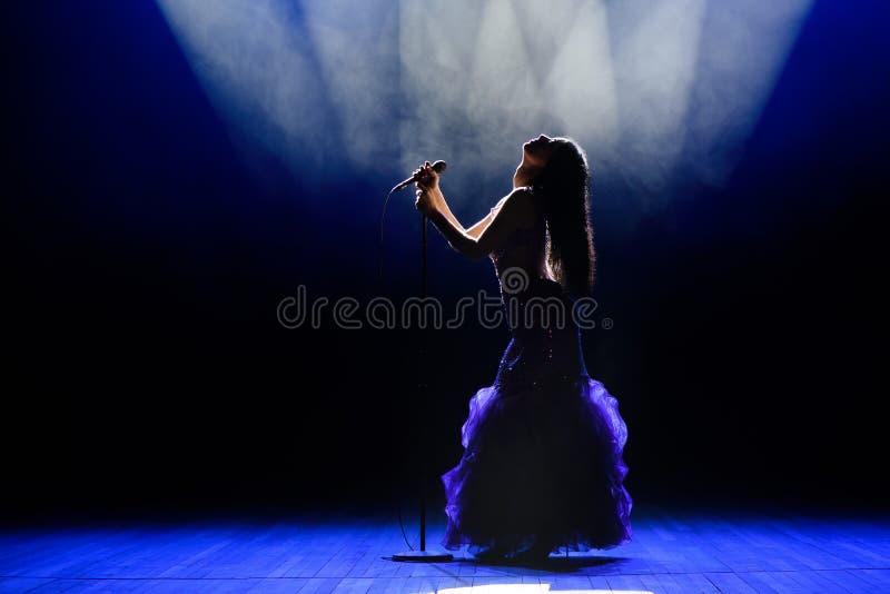Ein Sänger der jungen Frau auf Stadium während eines Konzerts lizenzfreies stockfoto