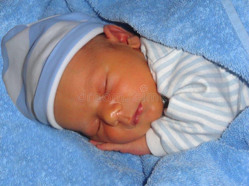 Ein süßes Baby schläft süß lizenzfreies stockfoto