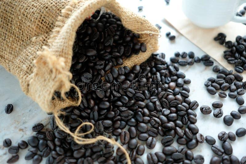 Ein Sack Kaffeebohnen lizenzfreie stockfotografie