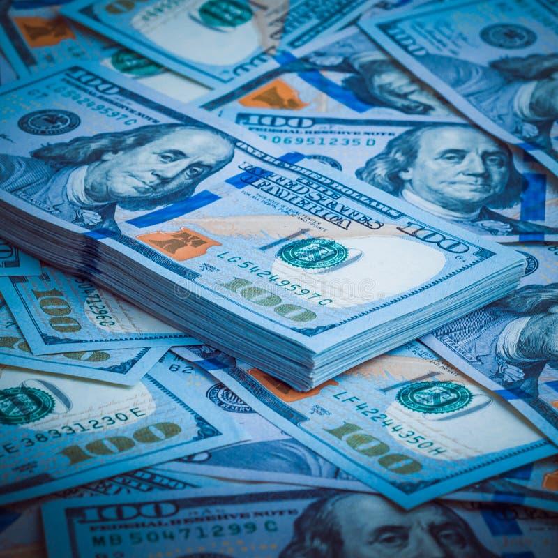 Ein Satz amerikanische Dollar auf dem Hintergrund von hundert Dollarscheinen Blaue Auslegung lizenzfreie stockfotos
