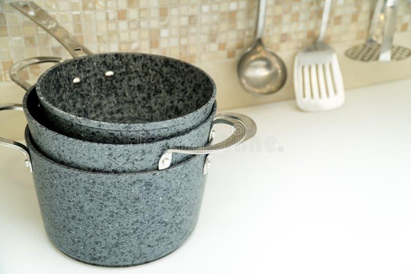 Ein Satz kompaktes Speicherwannen auf einer Küchenarbeitsplatte Küchenzusätze im Hintergrund stockfotos
