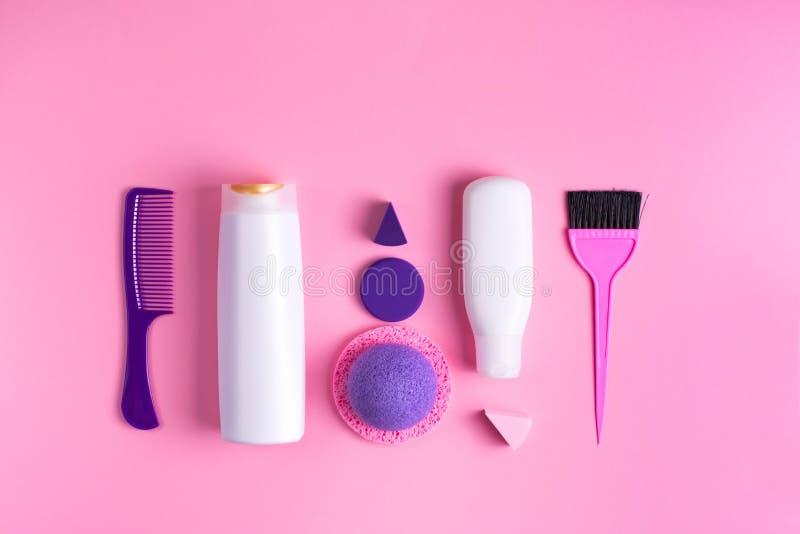 Ein Satz Kosmetik und Einzelteile für Körper und Haarpflege Kosmetik für flache Lage der Draufsicht der Badekuren lizenzfreie stockfotografie