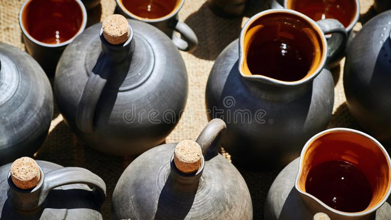 Ein Satz Krüge, Flaschen und Töpfe für Wein oder Öl stockbild