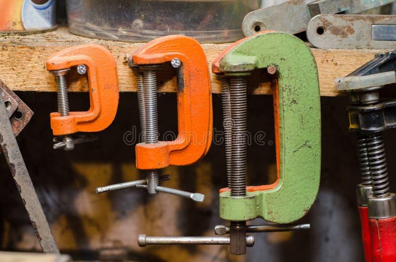 Ein Satz mehrfarbige Klammern hängen an dem Arbeitsplatz lizenzfreies stockfoto