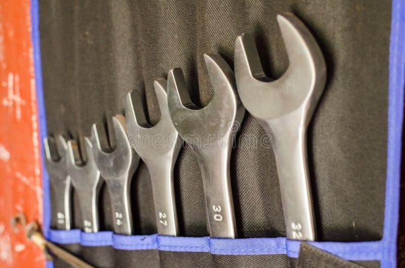 Ein Satz Metallgabelschlüssel in der Werkstatt stockbild
