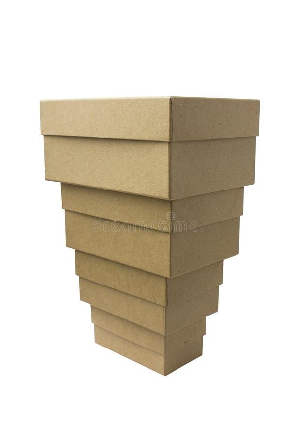 Ein Satz saubere Kraftpapier-Pappschachteln auf Weiß pyramide lizenzfreie stockfotos