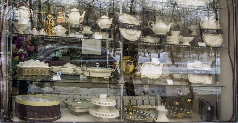 ein Satz schöne Teller im Fenster von einem Geschäft stockfoto
