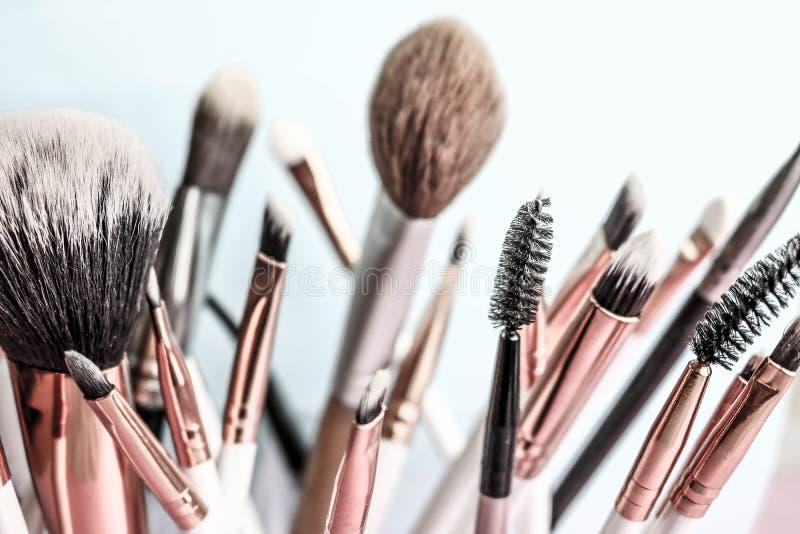 Ein Satz schöne verschiedene weiche Bürsten für Make-up vom natürlichen Haar für die Anleitung der Schönheit und die Anwendung vo stockbilder