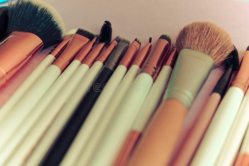 Ein Satz schöne verschiedene weiche Bürsten für Make-up vom natürlichen Haar für die Schönheit, die eine Ton- Grundlage anvisiert lizenzfreie stockbilder