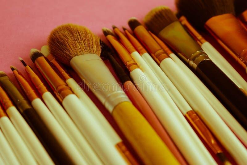 Ein Satz schöne verschiedene weiche Bürsten für Make-up vom natürlichen Haar für die Schönheit, die eine Ton- Grundlage anvisiert stockfoto