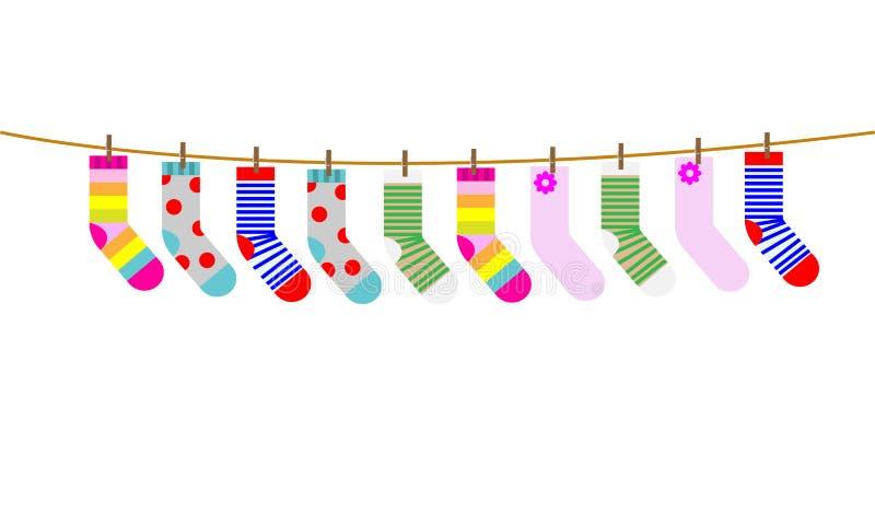 Ein Satz Socken der Kinder werden auf einem Seil getrocknet Auch im corel abgehobenen Betrag stock abbildung