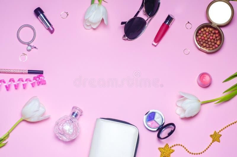 Ein Satz weibliche Kosmetik, Mode, Art, Zubehör, Zauber, Eleganz Draufsichtebenenlage lizenzfreies stockfoto