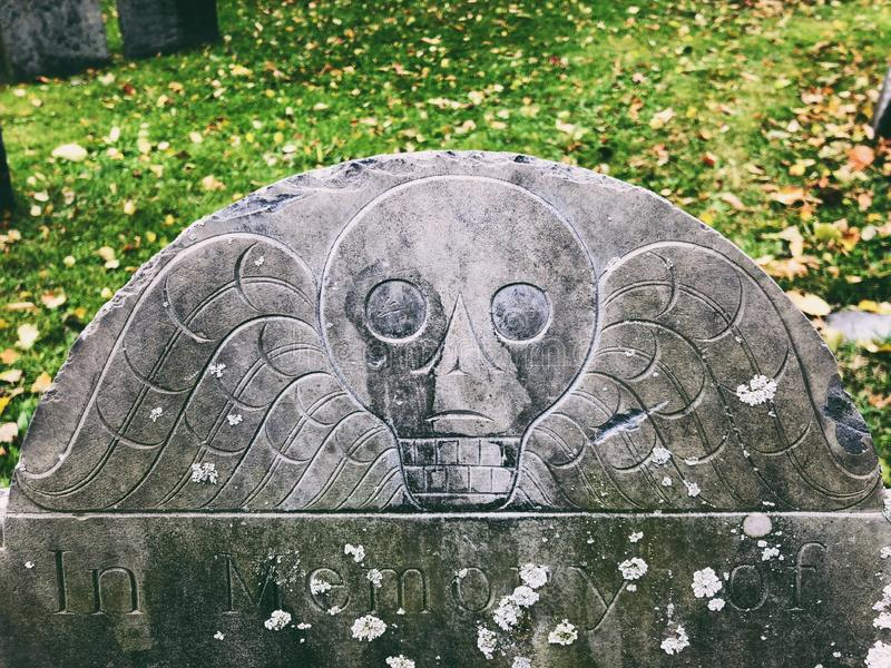 Ein Schädelmuster auf einem Grabstein lizenzfreies stockbild