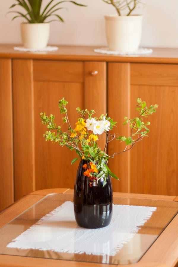 Ein schöner Blumenstrauß der Hand wählte wilde Blumen aus lizenzfreie stockfotos