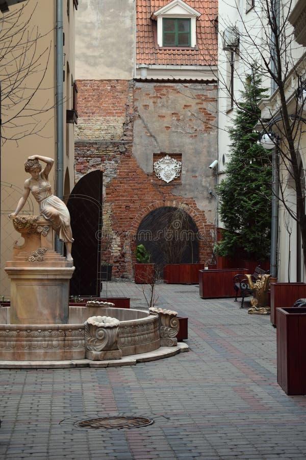 Ein schöner Brunnen im Yard historischem Gebäude im alten Riga stockbild