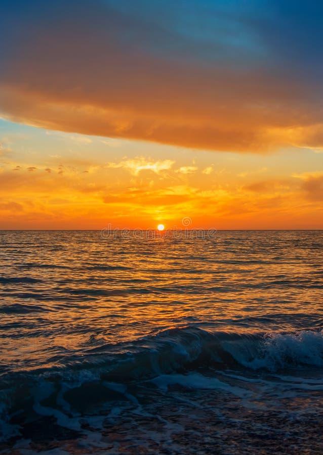 Ein schöner heller bunter Meerblick mit der untergehenden Sonne, bunt stockfotos