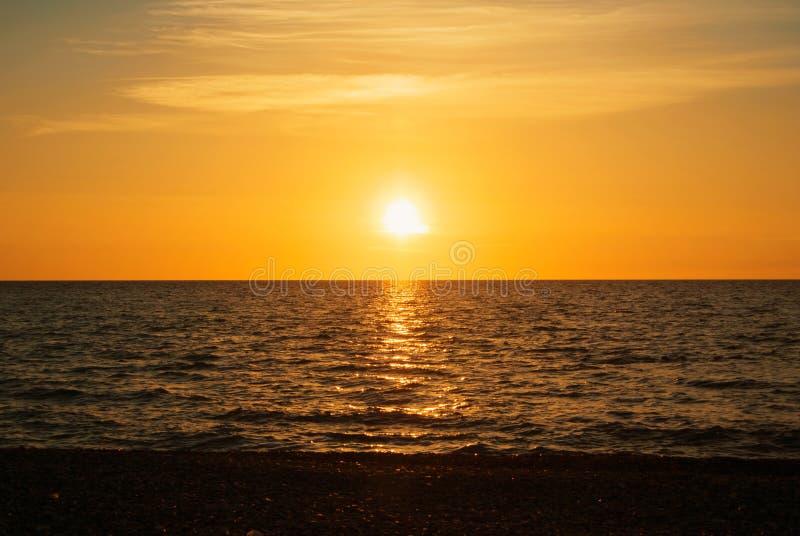 Ein schöner heller bunter Meerblick mit der untergehenden Sonne, bunt lizenzfreies stockbild