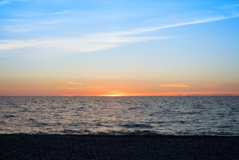 Ein schöner heller bunter Meerblick mit der untergehenden Sonne, bunt lizenzfreie stockfotos