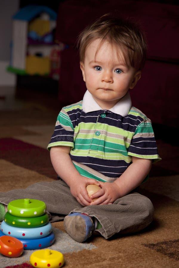 Ein schöner kleiner Junge lizenzfreie stockfotos