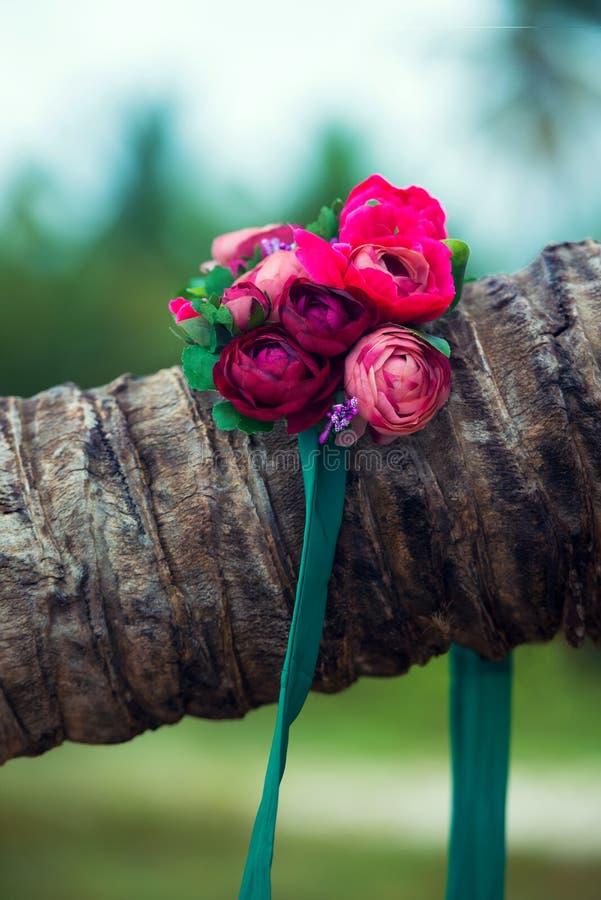 Ein schöner Kranz von Blumen liegt auf einer Palme lizenzfreies stockbild