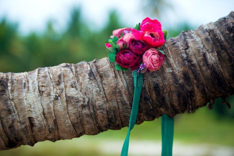 Ein schöner Kranz von Blumen liegt auf einer Palme stockbild
