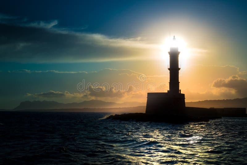 Ein schöner nächtlicher Himmel hinter einem glänzenden Leuchtturm stockfoto