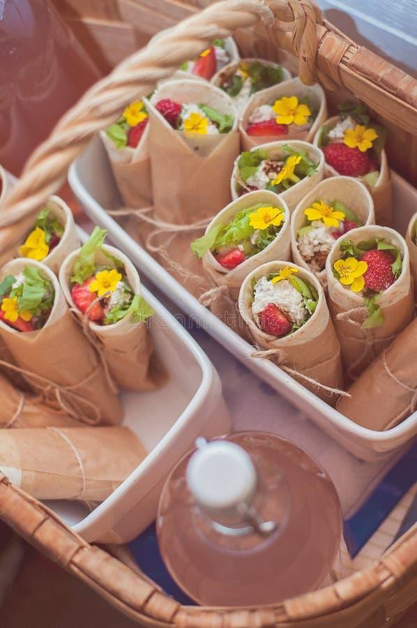 Ein schöner Picknickkorb schließt geschmackvolles, gesundes und neues vege ein lizenzfreie stockfotografie