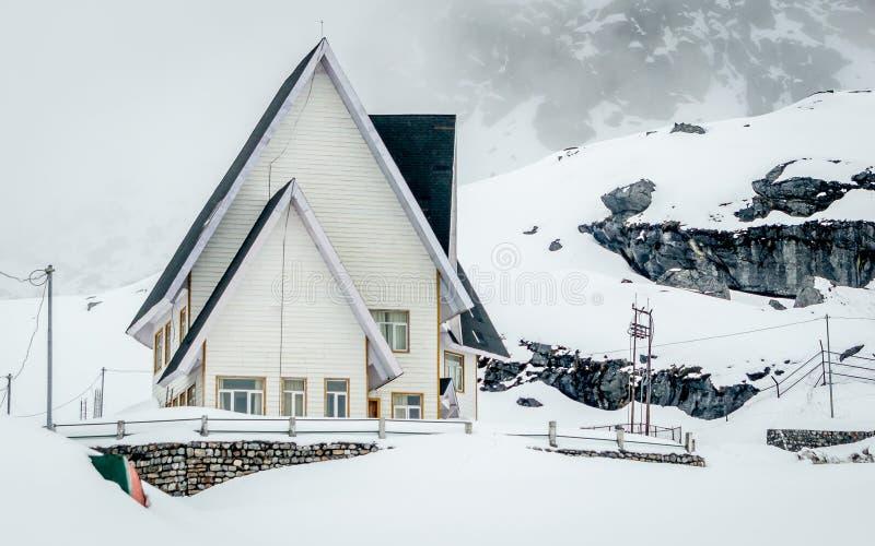 Ein schöner Schnee bedeckte Haus nahe Nathula-Durchlauf, Grenze Indiens China, Sikkim, Indien stockbild