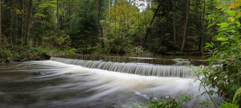 Ein schöner Schuss eines schnell flüssigen Wasserfalls lizenzfreie stockbilder