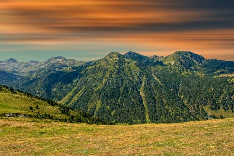 Ein schöner Sonnenaufgang über dem Pyrenäen-Berg lizenzfreie stockfotos