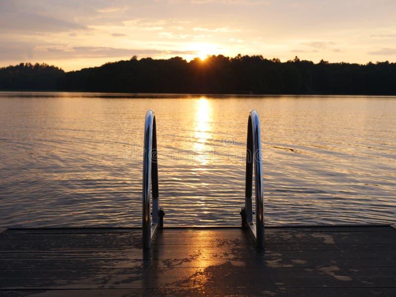 Ein schöner Sonnenuntergang über einem See lizenzfreies stockfoto