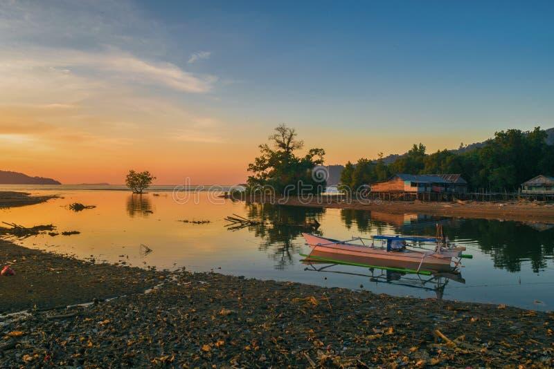 Ein schöner Sonnenuntergang aber das Stören verursachten durch Strand, das durch Plastik verunreinigt werden, dass Leute zu ihrem stockfoto