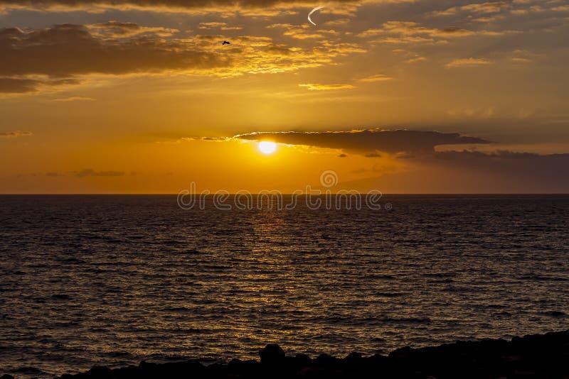 Ein schöner Sonnenuntergang auf der Küste von Costa Adeje mit im Abstand der Entwurf der Insel von La Gomera, Teneriffa, Spanien stockbild