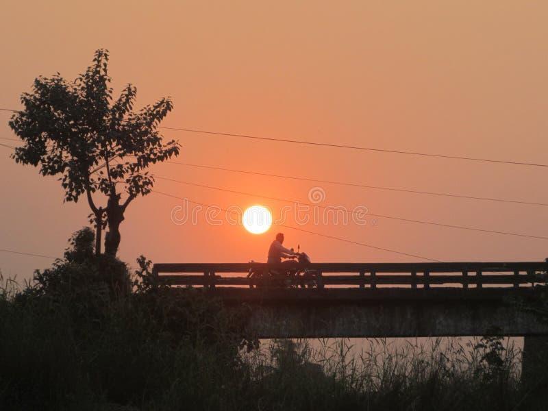 Ein schöner Sonnenuntergang im Dorf stockbild