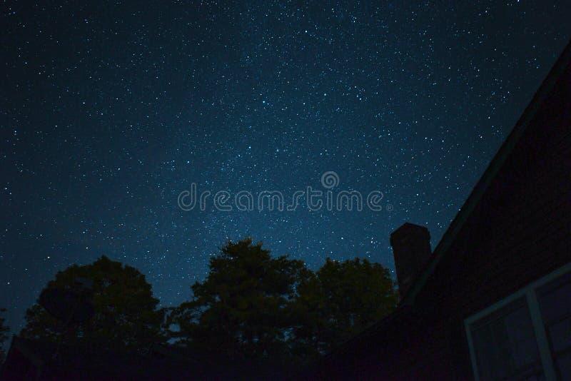 Ein schöner Stern füllte Himmel über einem Fernhaus stockfoto