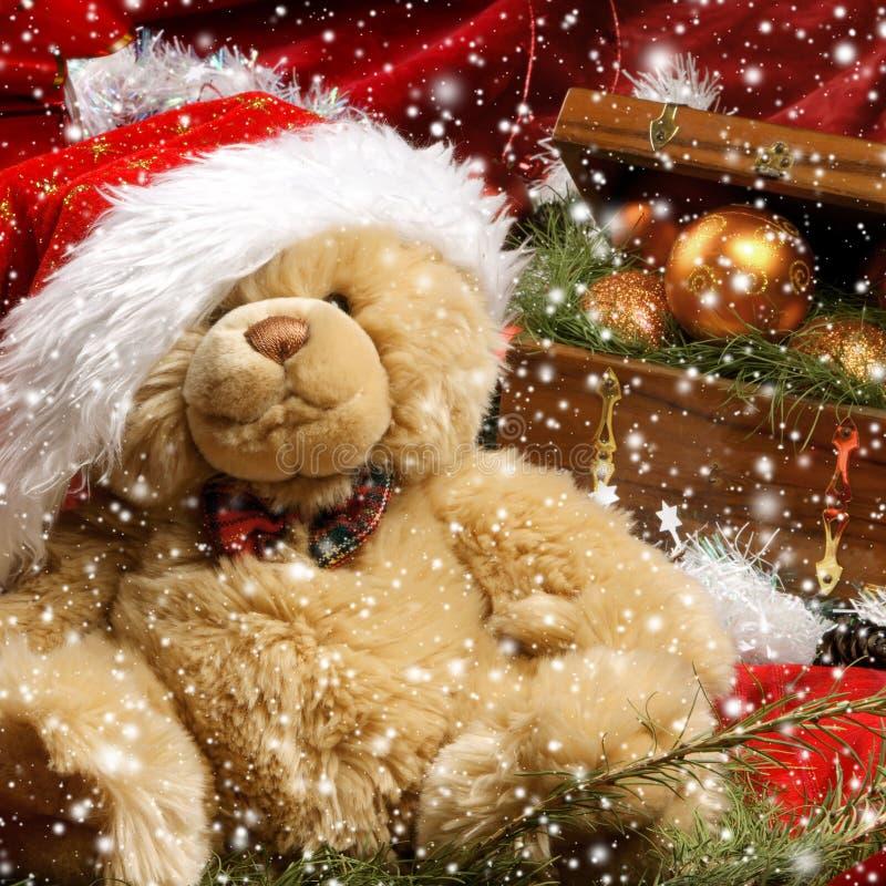 Ein schöner Teddybär betreffen einen Weihnachtshintergrund lizenzfreie stockbilder