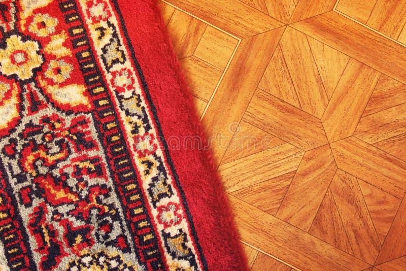Ein schöner Teppich auf dem Boden stockfoto