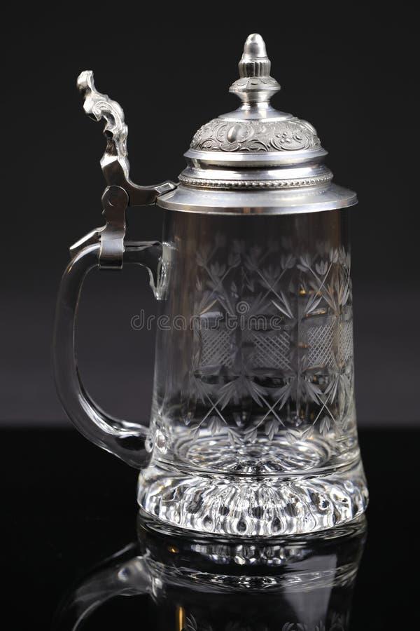 Ein schöner trinkender Krug Kristallglas mit Zinnabdeckung lizenzfreies stockbild