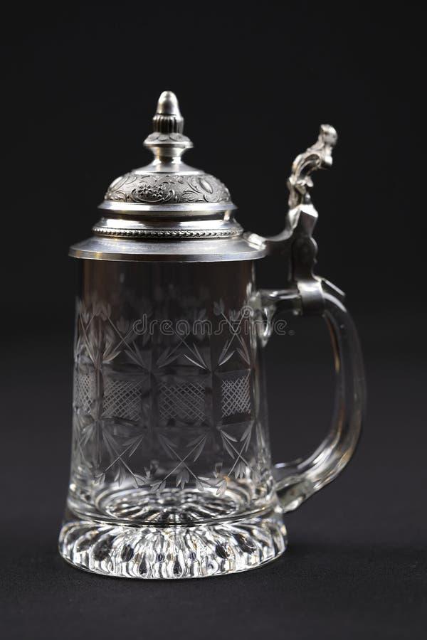 Ein schöner trinkender Krug Kristallglas mit Zinnabdeckung stockbilder