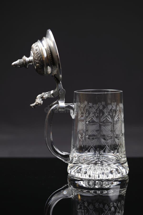 Ein schöner trinkender Krug Kristallglas mit Zinnabdeckung, öffnete sich stockbilder
