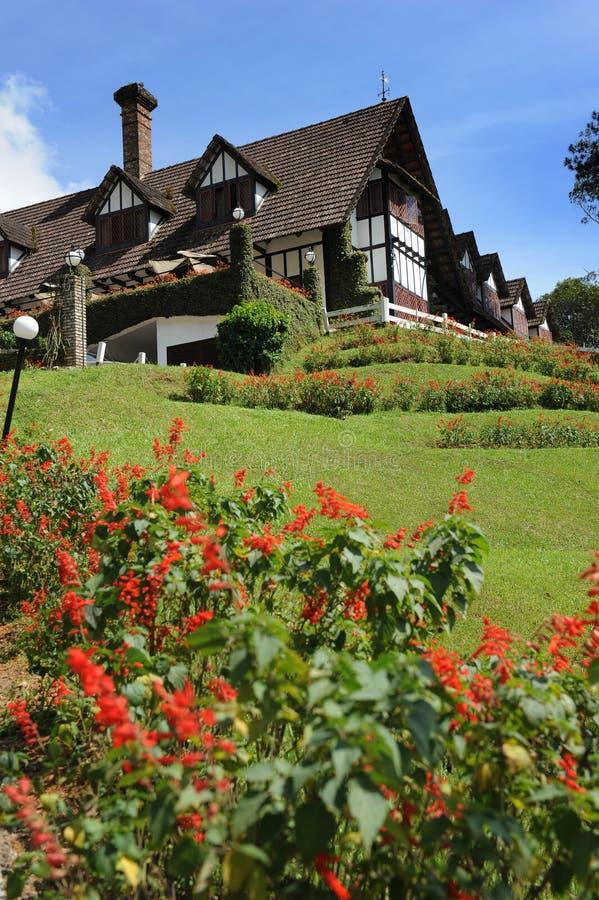 Ein schönes Europa-Arthaus und ein Garten stockfotos