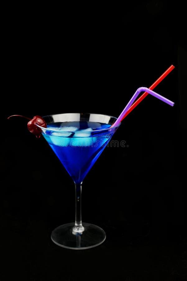 Ein schönes Glas mit einem Auffrischungsgetränk der blauen Farbe mit Eis stockbild
