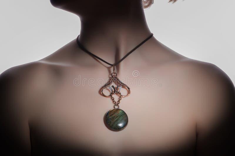 Ein schönes handgemachtes bijouterie auf dem Frau ` s Hals lizenzfreie stockfotografie