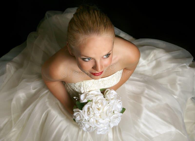 Ein schönes junges Braut-Sitzen stockfotos