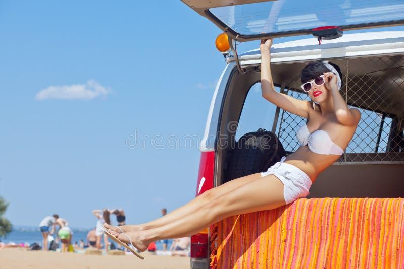 Ein schönes junges Mädchen im Retro Blick mit einem weißen Badeanzug, ein Ba stockfoto